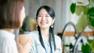 カフェでお茶をする女性の画像